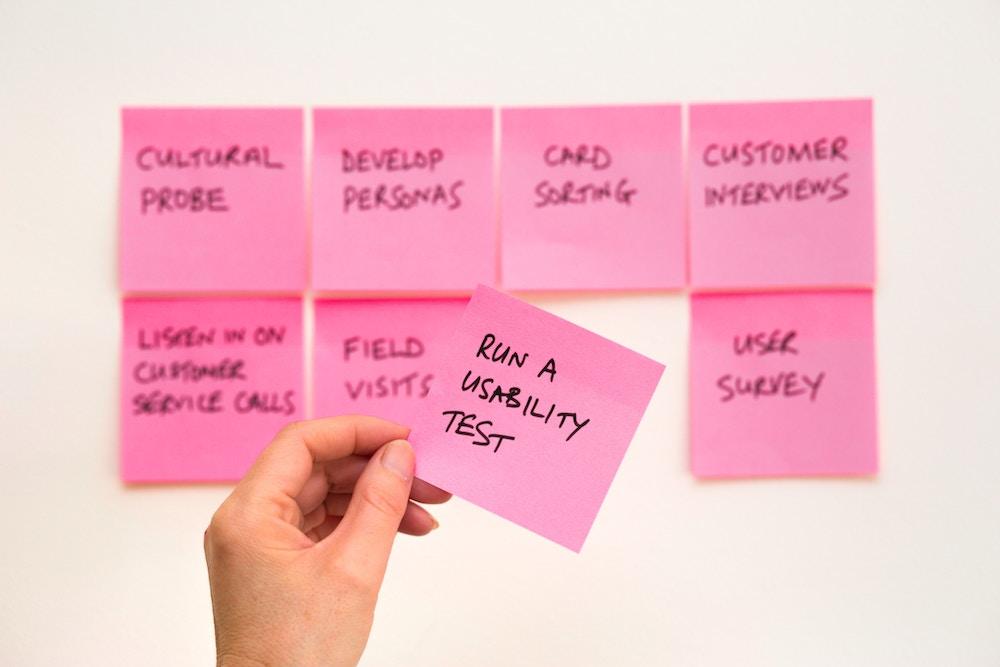 Post its com as etapas para desenvolvimento de produto em startup