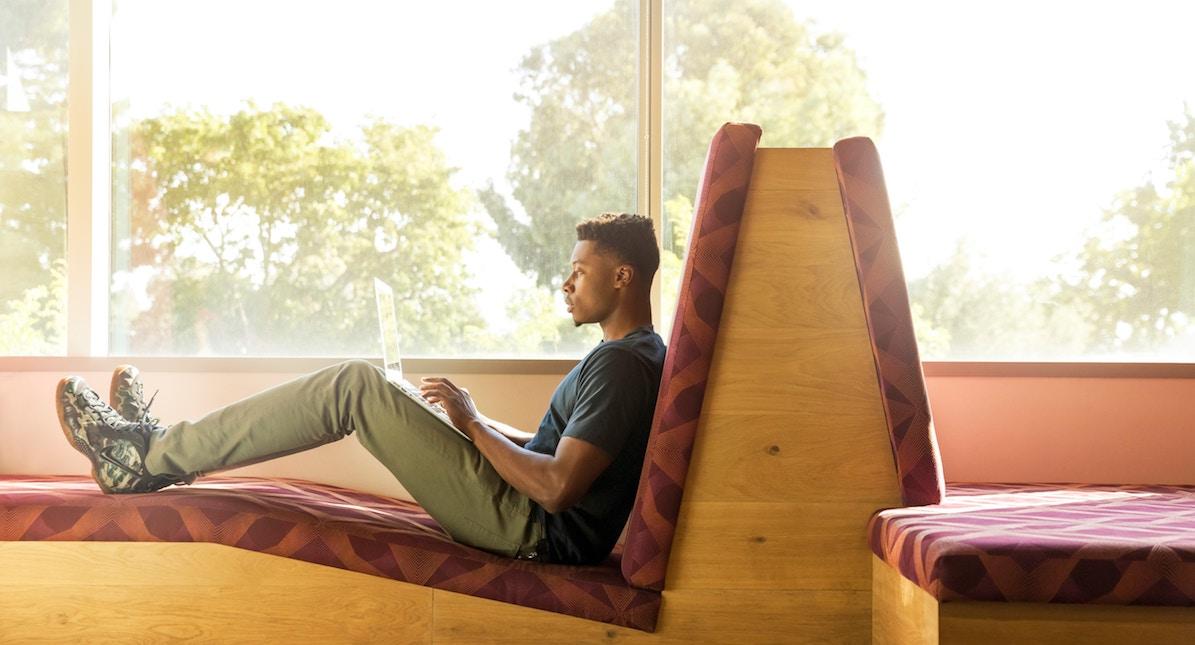 Homem jovem estudando