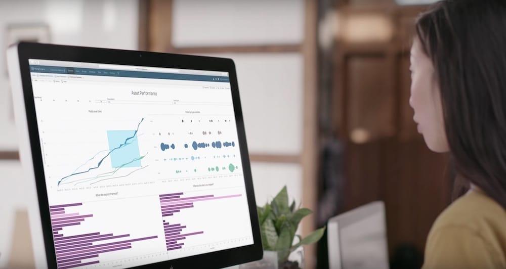Mulher analisa gráfico em desktop