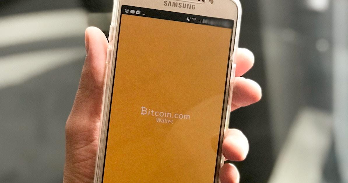 Pessoa usando aplicativo de carteira Bitcoin no celular