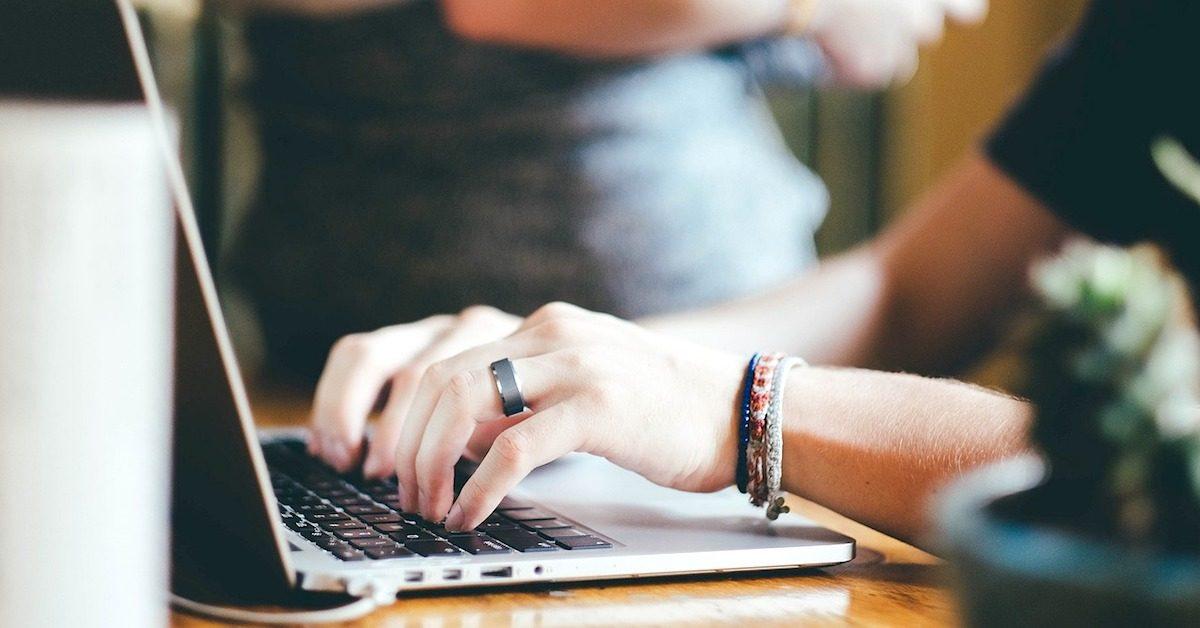 Pessoa digitando em laptop