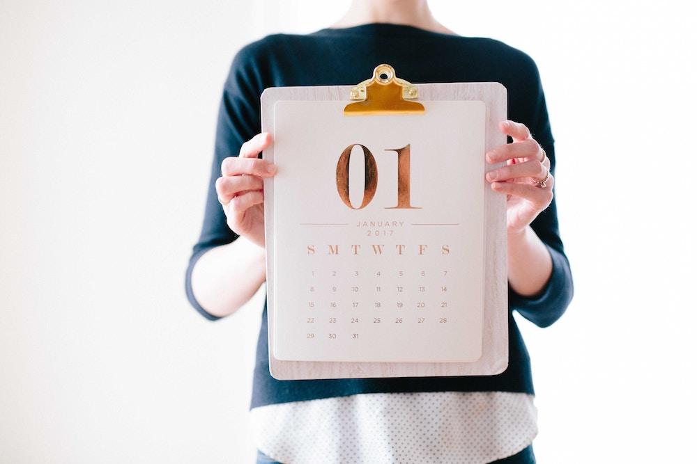 Pessoa segurando calendário