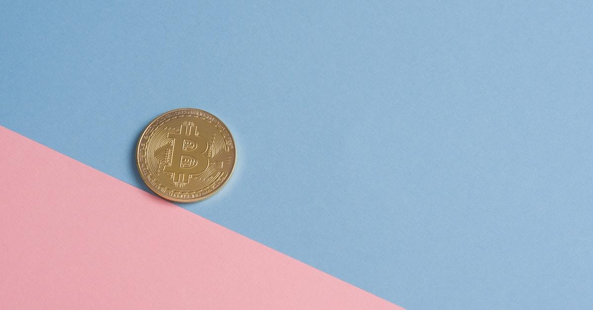 Imagem simbólica de Bitcoin sobre papel bicolor