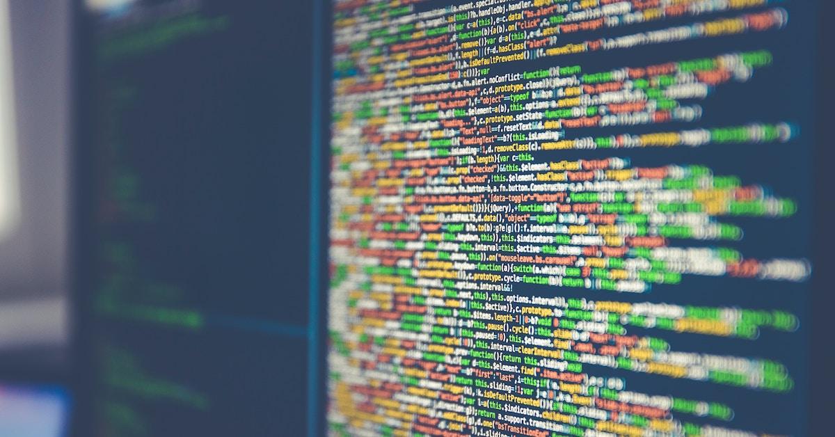 Monitor repleto de linhas escritas em Python