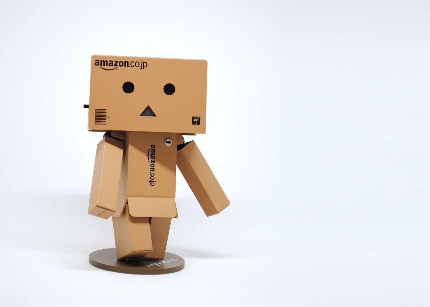 Robô de papel feito com caixas da Amazon japonesa