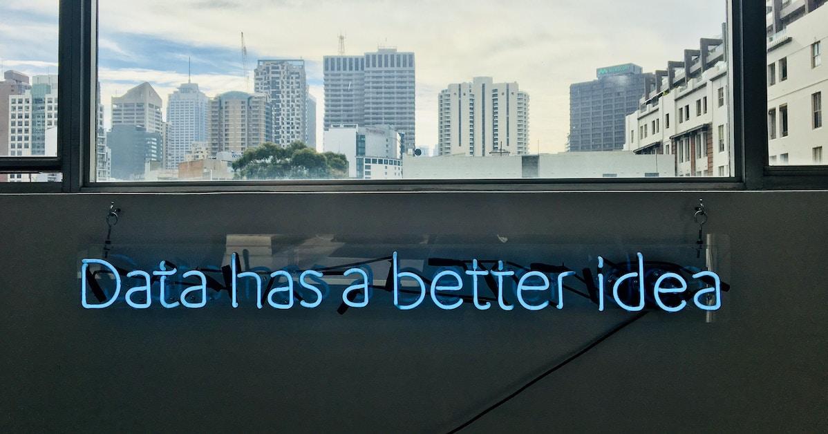 Neon brilha com os dizeres Data has a better idea