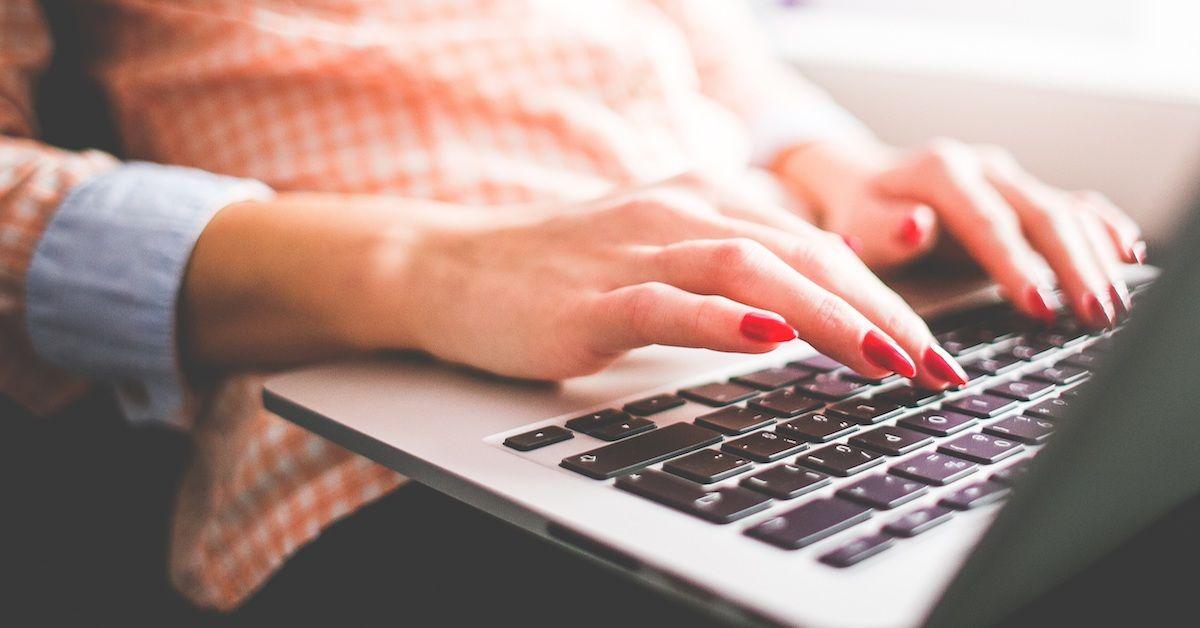 Mulher digitando em laptop