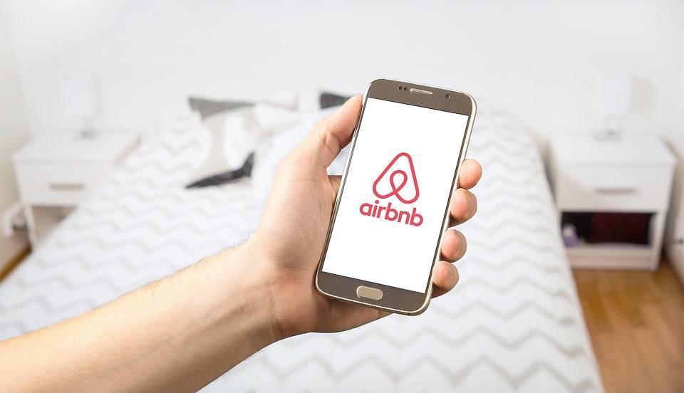Imagem do aplicativo móvel do Airbnb, feito com React Native