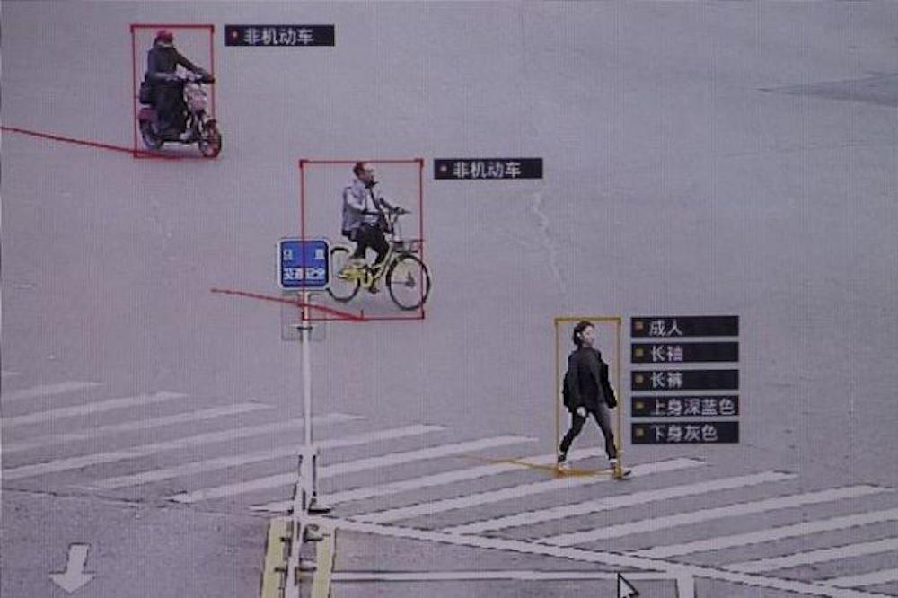 Imagem de câmera da SenseTime evidenciando reconhecimento de pessoas