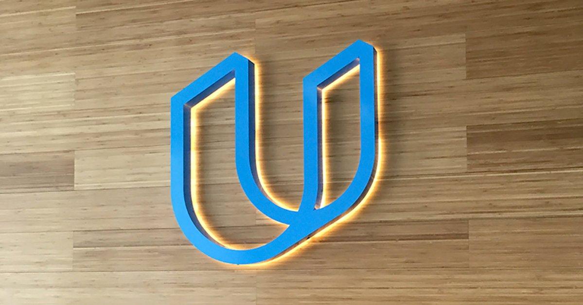 Logo da Udacity em parede de madeira