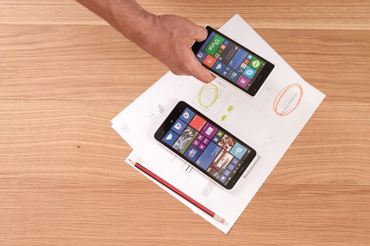Pessoa teste protótipo de aplicativo feito de papel